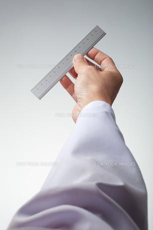hands(ruler)_19の写真素材 [FYI00446338]