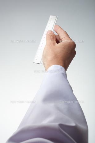 hands(ruler)_17の写真素材 [FYI00446342]