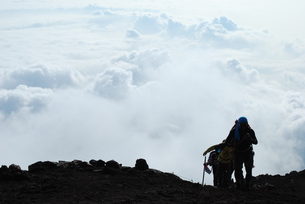 雲海と登山者の写真素材 [FYI00447403]