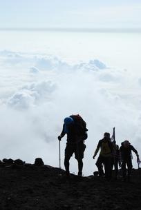 雲海と登山者の写真素材 [FYI00447405]