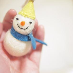 手のひらに雪だるまの写真素材 [FYI00447573]