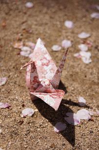 折鶴とサクラの花びらの写真素材 [FYI00447802]