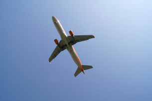 快晴の空と飛行機の写真素材 [FYI00447866]