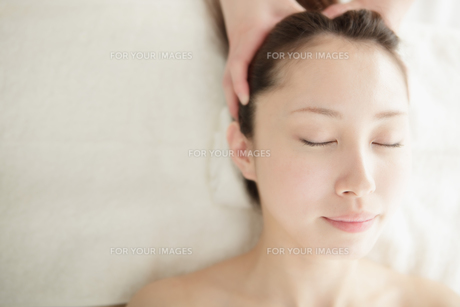 ヘッドスパされてる若い女性の写真素材 [FYI00447976]