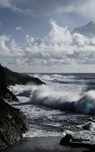 岩場と荒波の写真素材 [FYI00448150]