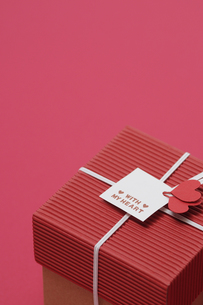 赤い背景とプレゼントボックスの写真素材 [FYI00448165]
