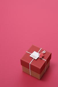 赤い背景とプレゼントボックスの写真素材 [FYI00448171]