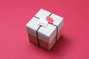赤い背景とプレゼントボックスの写真素材 [FYI00448172]