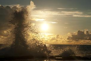 朝日と荒波の写真素材 [FYI00448175]