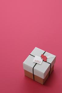 赤い背景とプレゼントボックスの写真素材 [FYI00448176]