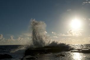 朝日と荒波の写真素材 [FYI00448182]