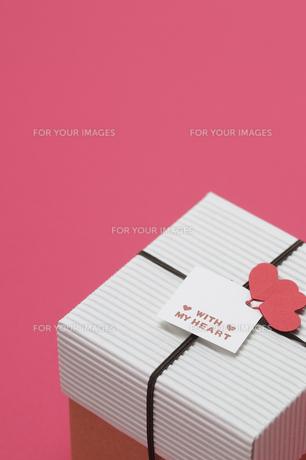 赤い背景とプレゼントボックスの写真素材 [FYI00448183]