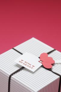 赤い背景とプレゼントボックスの写真素材 [FYI00448184]