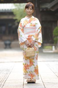 浴衣の女性と神社の参道の写真素材 [FYI00448188]