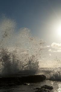 朝日と荒波の写真素材 [FYI00448190]