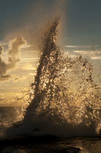 朝日と荒波の写真素材 [FYI00448195]