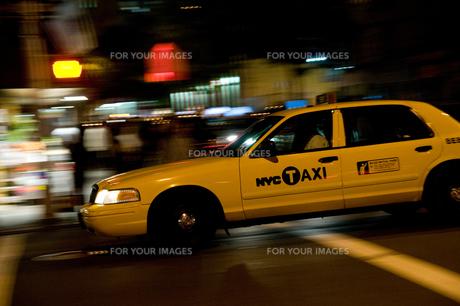 マンハッタンを走るイエローキャブの写真素材 [FYI00448201]