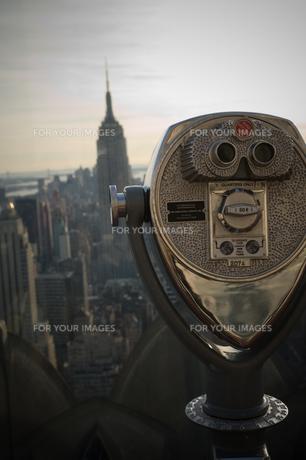 エンパイアステートビルを見る双眼鏡の写真素材 [FYI00448202]