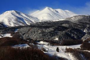 冬の乗鞍岳と乗鞍高原スキー場の写真素材 [FYI00448342]
