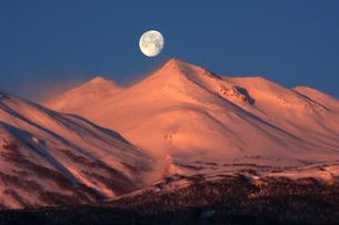 朝焼けの乗鞍岳と月の写真素材 [FYI00448347]
