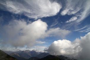 槍穂高にかかる雲の写真素材 [FYI00448357]