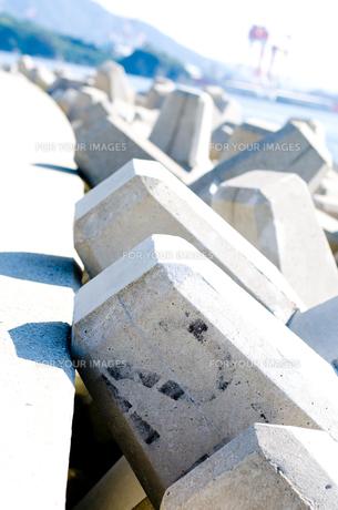 海辺のテトラポッド の写真素材 [FYI00448374]