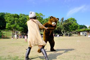 女の子と踊るクマの写真素材 [FYI00448433]