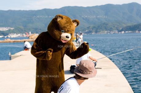 話しかけるクマの写真素材 [FYI00448434]