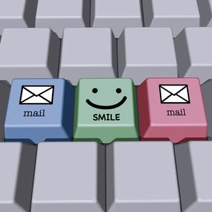 メールとスマイル印のキーボードの写真素材 [FYI00448464]