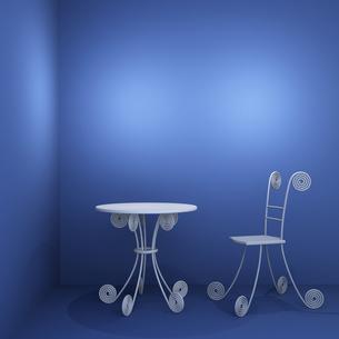 青い部屋のテーブルと椅子の写真素材 [FYI00448492]