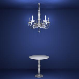 青い部屋のシャンデリアとテーブルの写真素材 [FYI00448508]