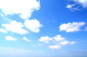雲の浮かぶ青空の写真素材 [FYI00448549]