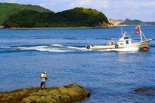 釣人と船の写真素材 [FYI00448571]
