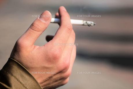タバコを吸うの写真素材 [FYI00448604]