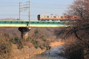 電車と釣人の写真素材 [FYI00448635]