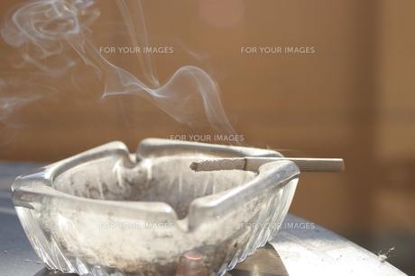 吸いかけのタバコの写真素材 [FYI00448858]