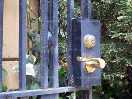 門扉と鍵の写真素材 [FYI00449176]