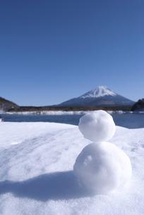 富士を望む雪だるまの写真素材 [FYI00449179]