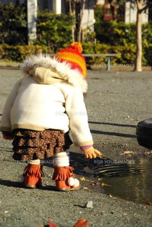 公園で遊ぶ女の子の後ろ姿の写真素材 [FYI00449452]