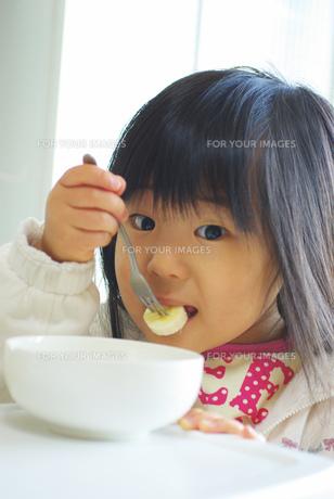 バナナを食べる女の子の写真素材 [FYI00449487]