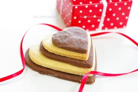 バレンタインのハートクッキーとリボンとギフトの写真素材 [FYI00449489]