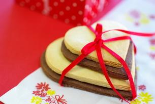 バレンタインのハートクッキー横の写真素材 [FYI00449494]
