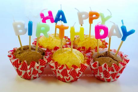 誕生日カップケーキの写真素材 [FYI00449506]