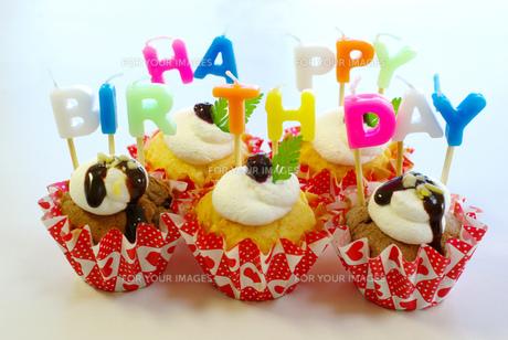 誕生日のデコレーションカップケーキの写真素材 [FYI00449508]