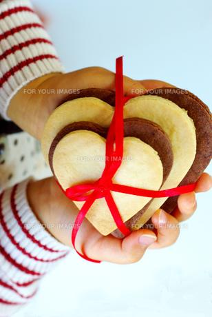ハートクッキーを持つ子供の手の写真素材 [FYI00449510]