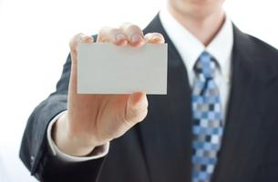 名刺を差し出すビジネスマンの写真素材 [FYI00449524]