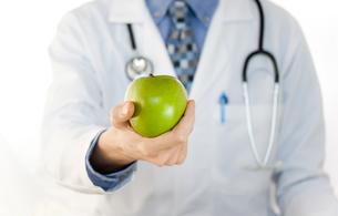 りんごと医者の写真素材 [FYI00449530]