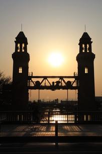 夕暮れ時の水門の写真素材 [FYI00449543]