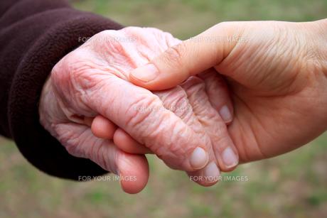 シニアの手をとるの写真素材 [FYI00449545]