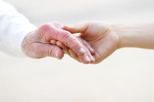 シニアの手をとるの写真素材 [FYI00449548]